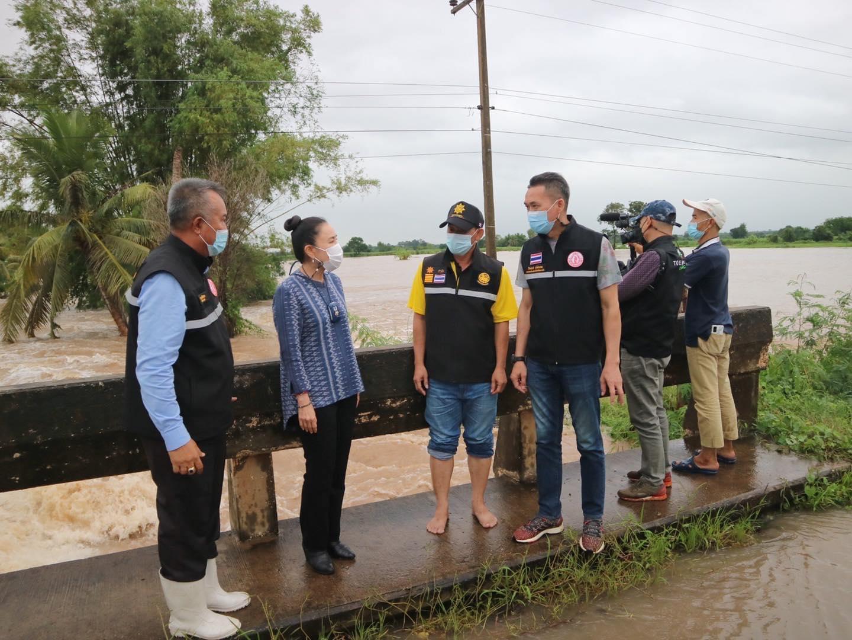 """""""นายกหน่อย"""" ห่วงประชาชน เร่งตรวจสอบพื้นที่น้ำท่วมด่านขุดทด ลั่นพร้อมสั่งการเพื่อช่วยเหลือ"""